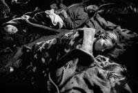 川の字で寝る女性