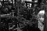 木の柱から顔を出す少女