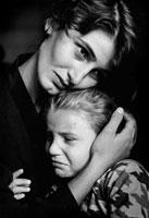 泣いている子供を抱く母親