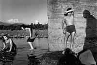 川遊びをする子供