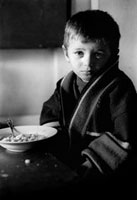 食事途中の悲しげな少年
