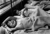 ベッドで横になる子供達