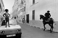 車の上に立って騎馬隊を見つめる少年 02265040279| 写真素材・ストックフォト・画像・イラスト素材|アマナイメージズ