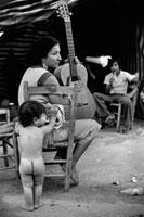 ギターを持つ女性と裸の子供