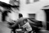 バイクで走る親子