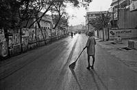 通りを掃除する人
