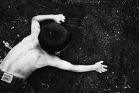 地面を掘る子供