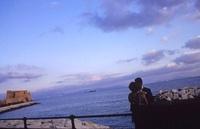 カステル・デローヴォ(卵城)とカップル 02265040551| 写真素材・ストックフォト・画像・イラスト素材|アマナイメージズ