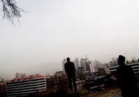 街を眺める男性のシルエット
