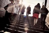 階段を行き交う人々