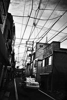 路地風景と電線