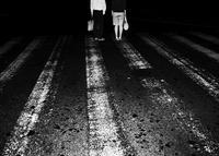 横断歩道とカップル 02265040619| 写真素材・ストックフォト・画像・イラスト素材|アマナイメージズ