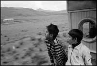 二人の少年と列車