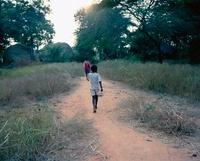 歩く二人の少年