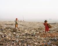 ゴミ捨て場の少年、少女