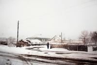 雪の中、通りに立つ人