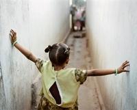 路地で手を広げる少女