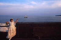白いドレスを着た少女と船