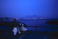 海辺のカップルとベスピオ山 02265040751| 写真素材・ストックフォト・画像・イラスト素材|アマナイメージズ