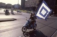 バイクに乗るナポリのサポーター 02265040753| 写真素材・ストックフォト・画像・イラスト素材|アマナイメージズ