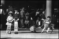 七五三風景。記念撮影をする子供たち