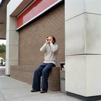 座る男性 02265040789| 写真素材・ストックフォト・画像・イラスト素材|アマナイメージズ