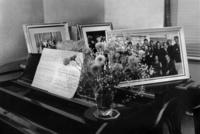 ケネディファミリーの写真とピアノ