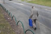 道を歩く老人