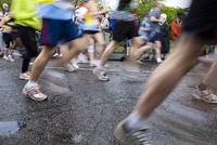 走る人々の足