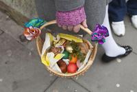 籠に入ったお菓子と果物