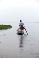 足でボートを漕ぐ男性