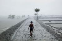 嵐の中歩く少年