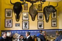 レストラン内の闘牛の剥製