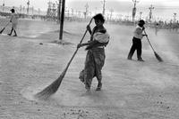 掃除をする人々