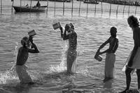 沐浴をする巡礼者たち