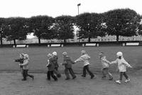 公園を散歩する子供たち