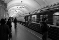 地下鉄駅のホームで電車を待つ人々