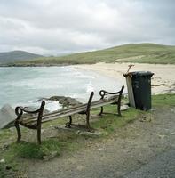 高台の壊れたベンチとそこから望む海