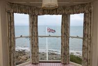 ホテルの窓から望む海とユニオン・フラッグ