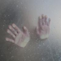 ガラス越しの手