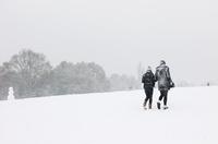 雪の中公園を歩くカップル 02265040942| 写真素材・ストックフォト・画像・イラスト素材|アマナイメージズ