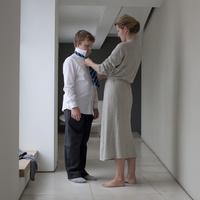 息子のネクタイを締める母親