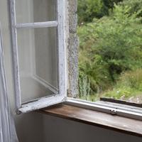 木枠の窓 02265040961| 写真素材・ストックフォト・画像・イラスト素材|アマナイメージズ