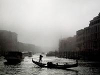 霧の中の運河とゴンドラ