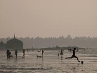 チャウンター・ビーチで遊ぶ人々のシルエット