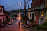 夕暮れの通りを歩く少年