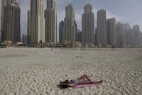 浜辺で日光浴をする女性