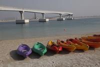 浜辺のカヌーと高速道路