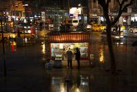 夜、売店で買い物をする人々
