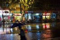 夜の雨のストリートシーン